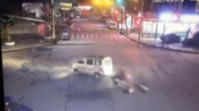 摩托醉驾闯红灯撞车,2人带车腾空翻