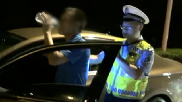 酒驾男被查不吹气,一口气吹掉1瓶水
