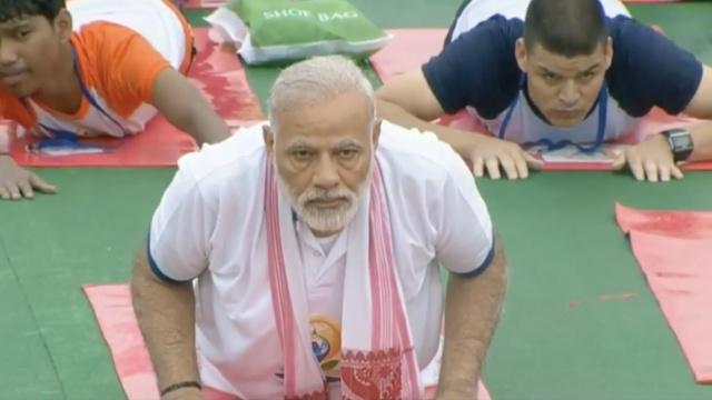 国际瑜伽日,印总理莫迪带头做瑜伽