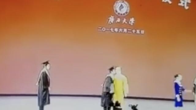 又见男生亲校长:反正毕业证到手