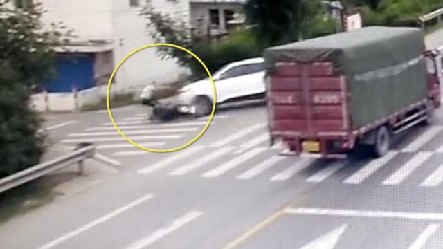 货车追尾轿车,轿车转180°撞飞摩托