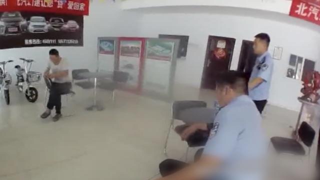 买车纠纷,他持刀闹4S店被民警制服