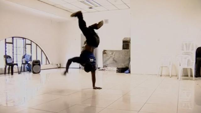 他双腿残疾,却成津巴布韦街舞之王