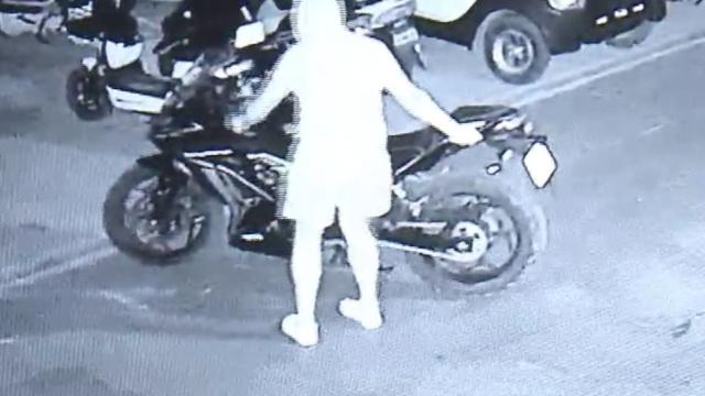 外卖哥20秒偷摩托,得手后市区飙车