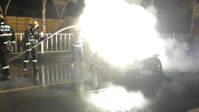 保时捷911疑撞车爆燃,司机不知所踪
