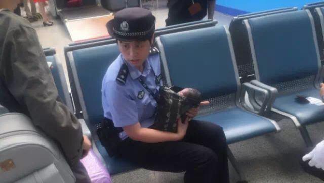 女学生坐火车过安检,背包竟藏婴儿