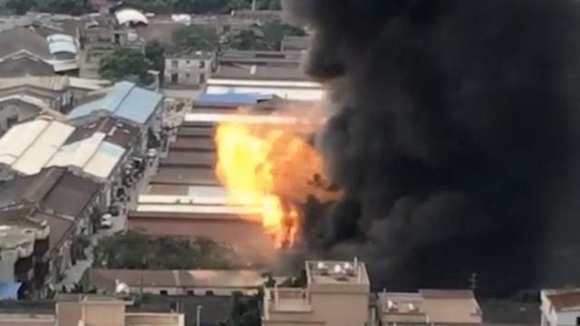 实拍:汽配厂起火,爆炸声四起伴火光
