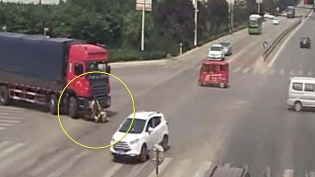老汉骑车直行,被右转货车卷入车底