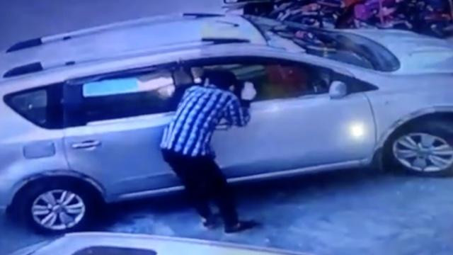 监拍:蒙面男砸车窗行窃,捞了条内裤