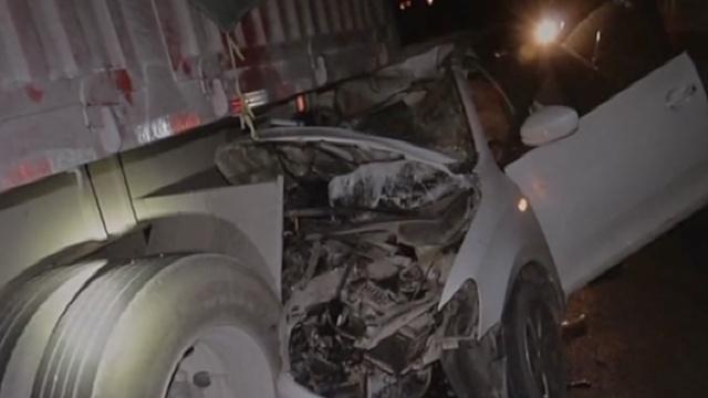 醉驾轿车冲进半挂车尾,司机撞破头