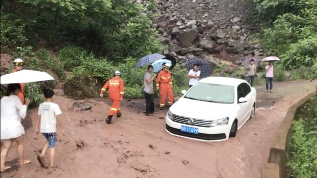 暴雨袭四川,房屋被淹山洪挡路