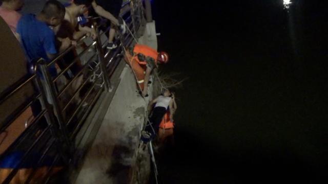 醉酒男深夜跌落桥底,救上岸仍不醒