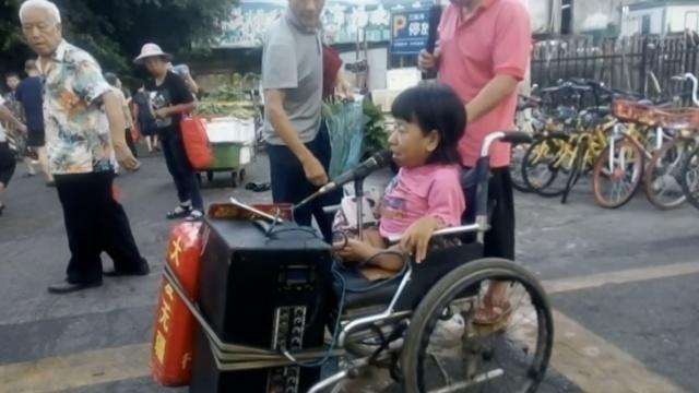残疾女子坐轮椅唱流浪歌,闻者落泪