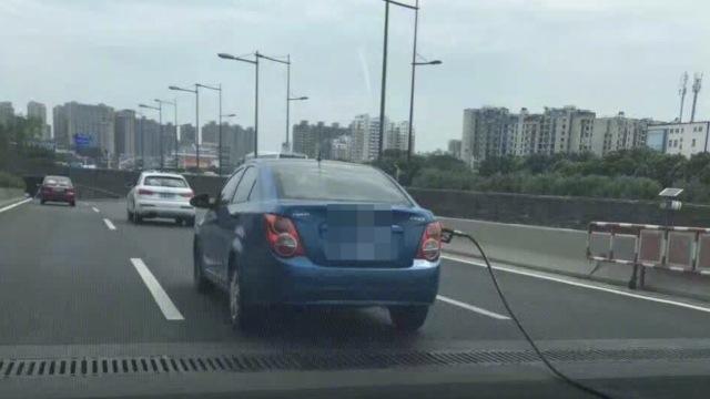 油没加完,菜鸟司机拖着油枪上高架