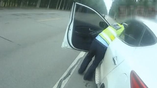 他醉驾闯卡拖行交警,酒醒全然不知