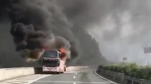 大巴车高速路起火,浓烟弥漫群山