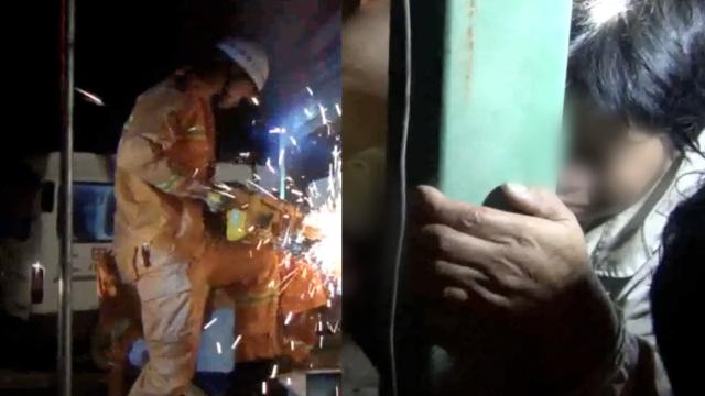 女子修机器手被卡,救援时火光四溅