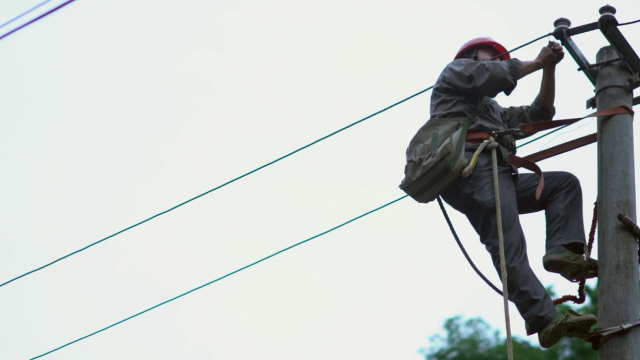 洪水后修电工冒生命危险送电