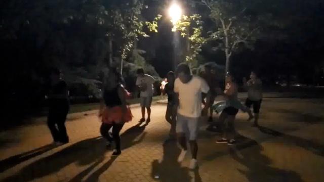 很迷的西班牙广场舞,8点跳到凌晨