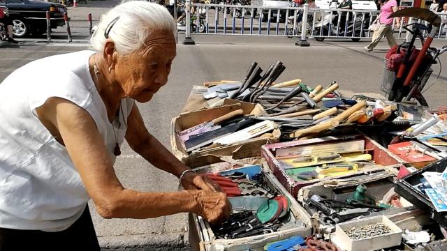 9旬奶奶街头摆摊:不为赚钱只为锻炼