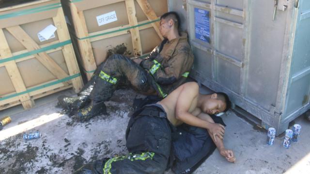 泪!消防员通宵扑火7小时,累瘫在地