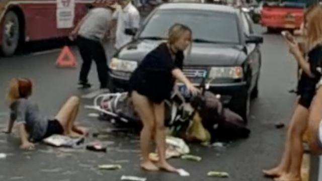 3美女坐电驴撞轿车,1人折腿2人伤