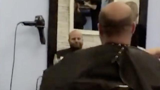 理发师剪短再剪短,谁想剪了头假发