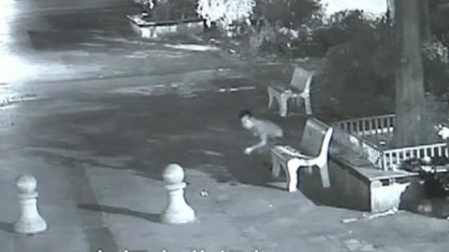 4人组团疯狂入室盗窃,抓捕堪比大片