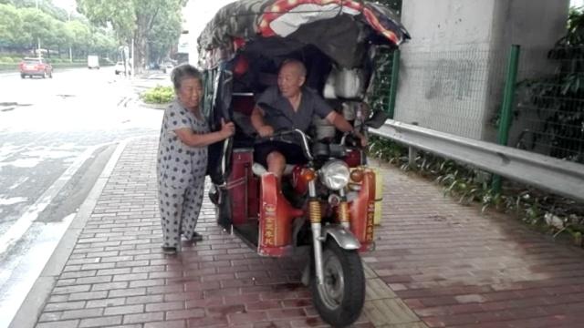 断腿大爷带老伴乞讨,三轮车上吃住
