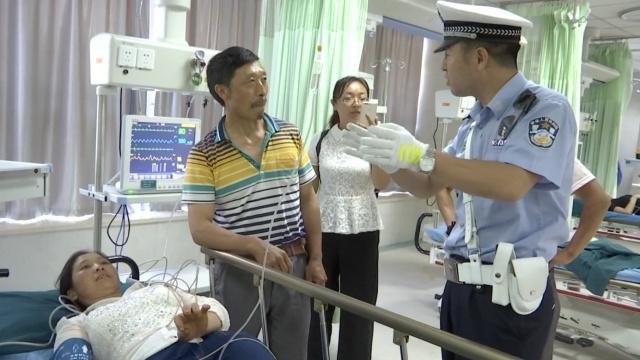 村妇被毒蛇咬伤,百名交警接力送医