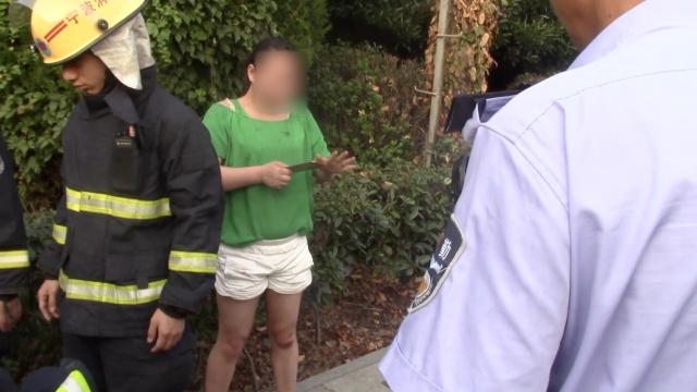 女子手机掉井,报火警骗来20消防员