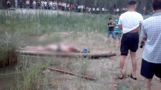 男子溺亡,遗体旁仍有小伙淡定下河