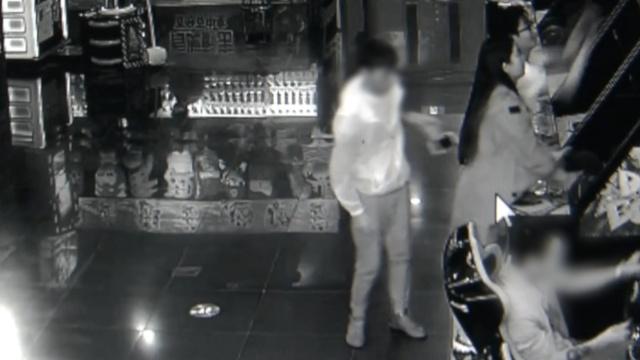 2贼扒走iPhone,再犯案时偶遇民警