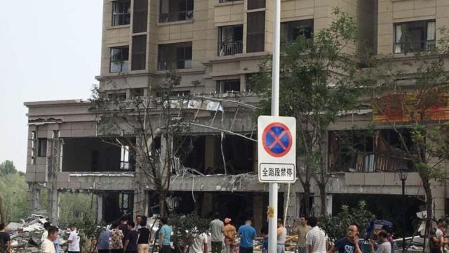 济南1饭店爆炸,毁外墙震碎全楼玻璃
