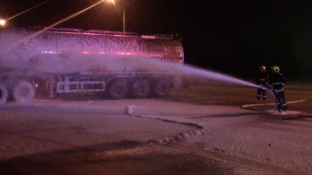 油罐车怼上沙土车,原油泄漏百余米