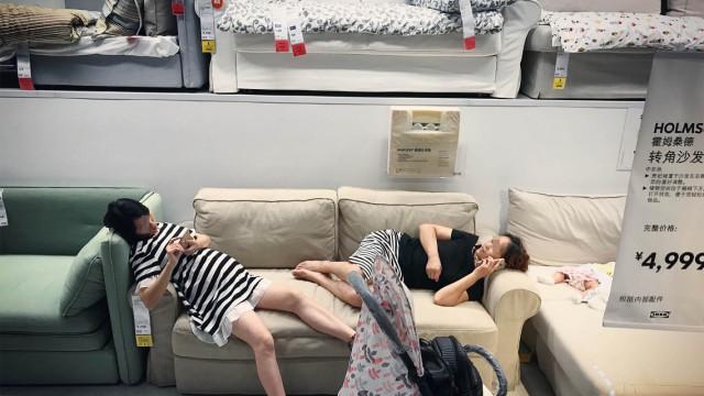 直播:蹭空调蹭床,商场避暑合适吗?