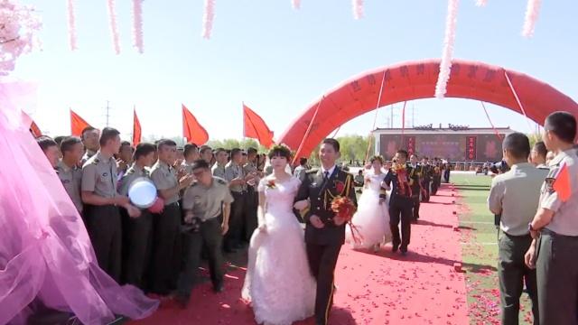 24对新人军营办婚礼,甜蜜亲吻手背