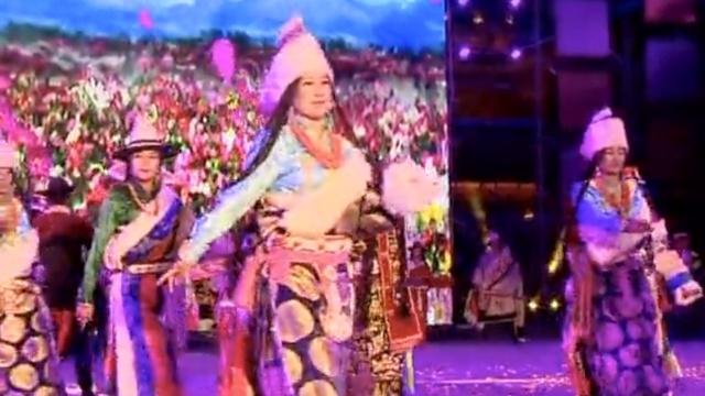 脱俗!藏族长发美模T台上秀民族风