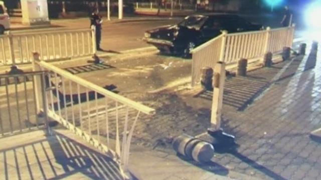 他醉驾撞上隔离墩,报警要找肇事车