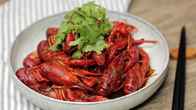 夏天必备的小龙虾在家做也很简单!