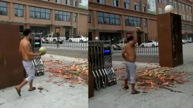 他快车道上卖瓜被罚,怒砸一地瓜