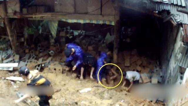 村民被埋只露头,民警徒手刨土营救