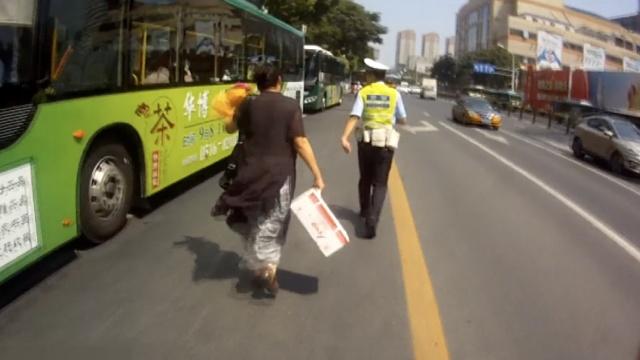 大妈公交车上落包,交警带她开车追