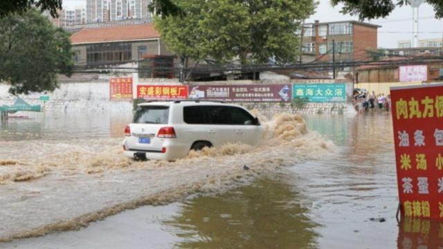 山西暴雨街道成河,司机开车如开船