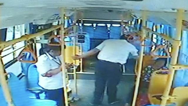 实拍:公交抵达终点,老人昏迷不醒