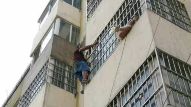 女童卡3楼防盗窗,邻居搭梯牵被营救
