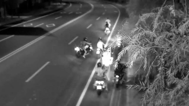 他们改装摩托车,深夜街头飙车被抓
