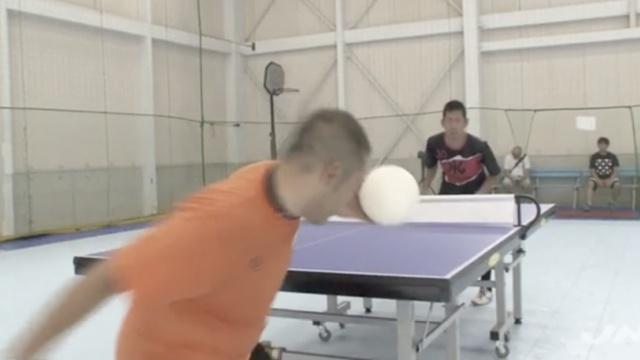 乒乓球竟还能用头打?看起来燃爆了