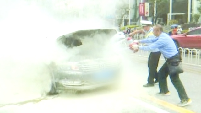 小车起火!公交司机拎灭火器猛喷