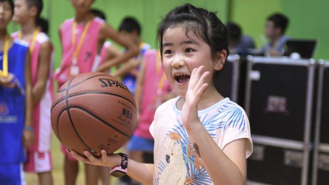 基因强大!姚明女儿打篮球有模有样